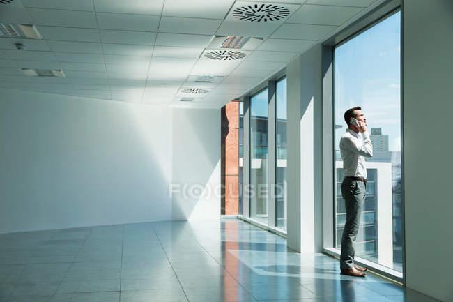 Geschäftsmann schaut aus dem Fenster — Stockfoto