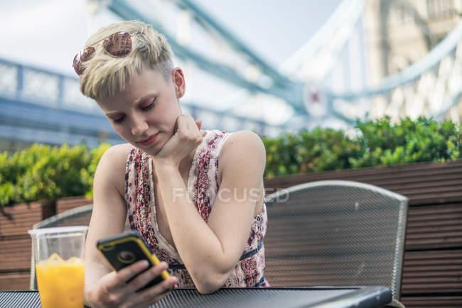 Молода жінка, що сидить на відкритому повітрі — стокове фото
