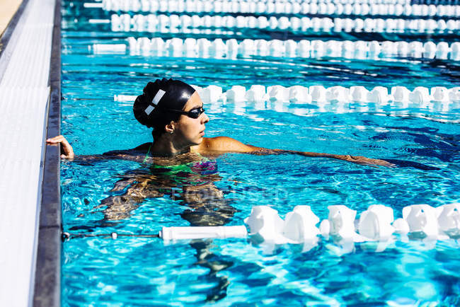 Swimmer in water at end of pool — Stock Photo
