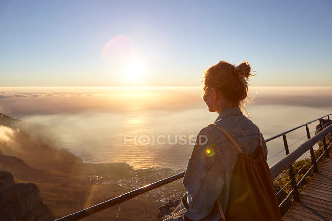 Woman on top of Table Mountain — Stock Photo