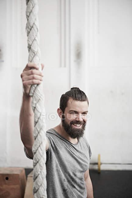 Чоловік тримає мотузку — стокове фото
