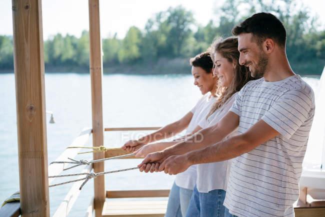 Трьох друзів на пристані — стокове фото