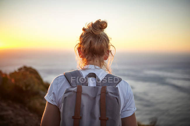 Donna escursioni, vista posteriore — Foto stock