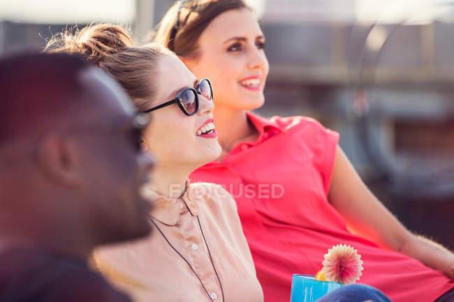 Tres amigos adultos jóvenes - foto de stock