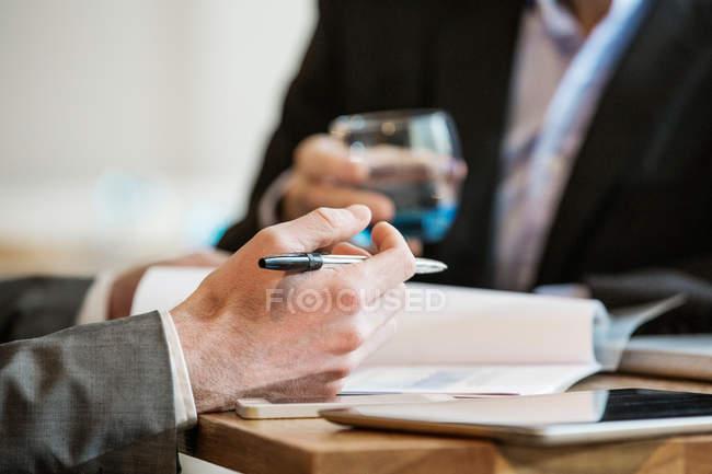 Homens de negócios trabalhando e fazendo anotações de discussão — Fotografia de Stock