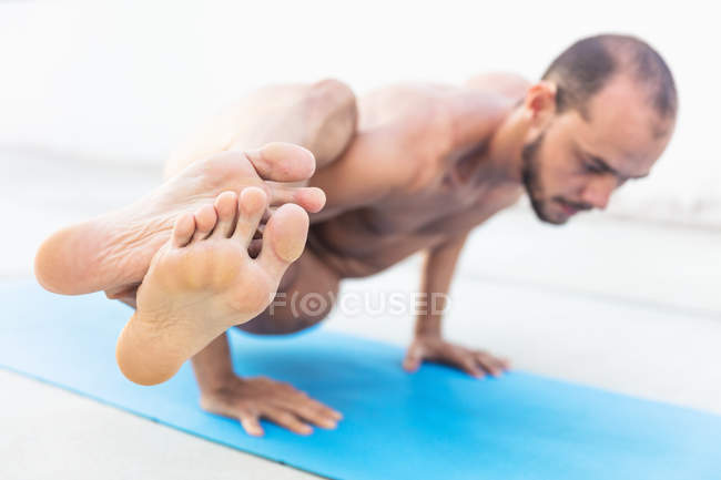 Homme pratique l'yoga — Photo de stock