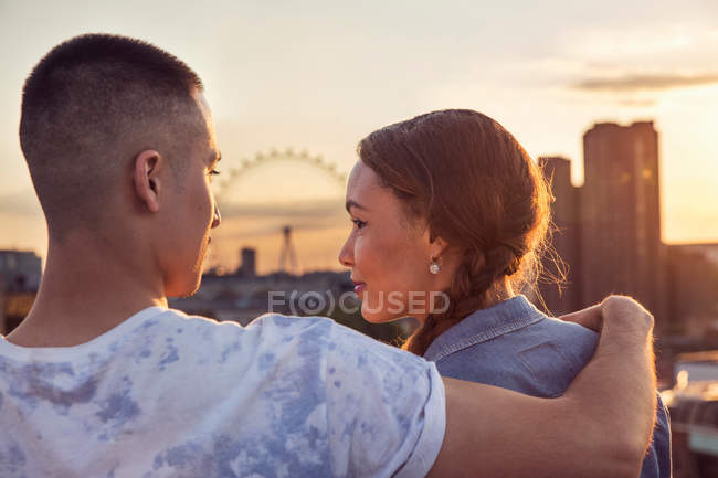 Young couple in front of skyline — Stock Photo