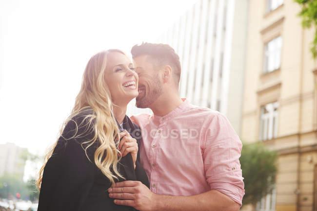 Людина обміну піджак з жінкою — стокове фото