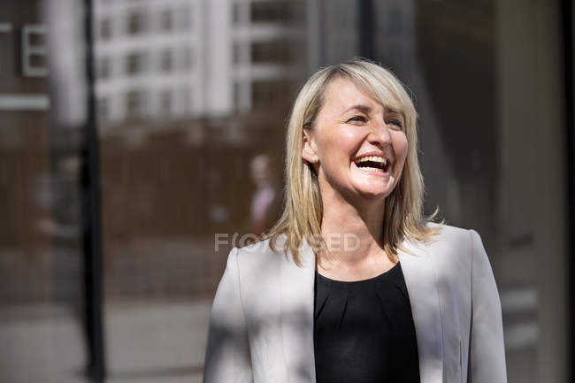 Businesswoman in front of glass building — Stock Photo