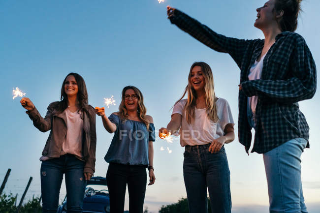 Friends playing with sparklers — Stock Photo