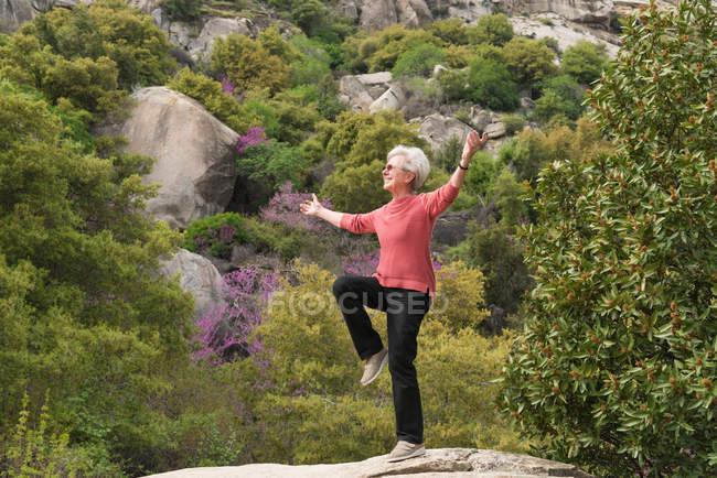Mulher idosa fazendo ioga — Fotografia de Stock