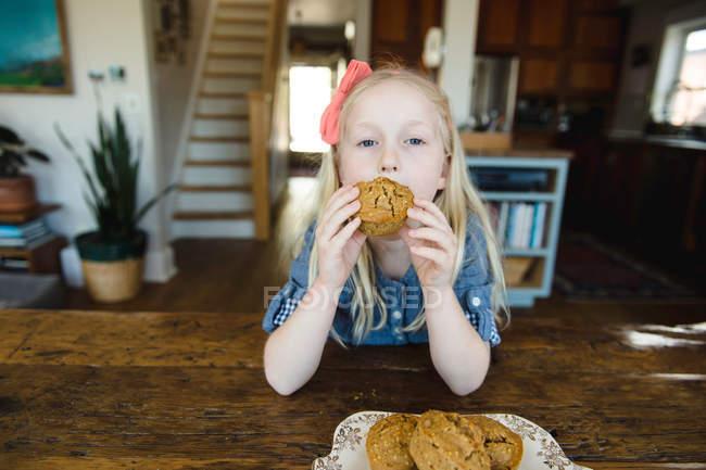 Девочка ест Маффин — стоковое фото