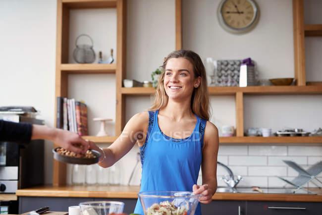 Junge Frau am Küchentisch — Stockfoto