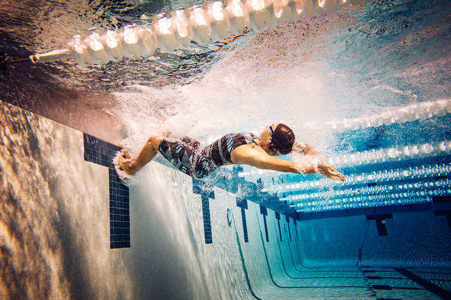 Swimmer in pool, side view — Stock Photo