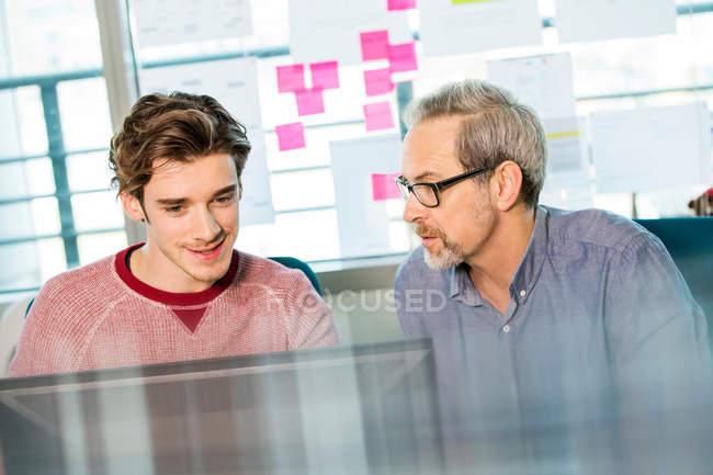 Чоловічий цифрових конструктор пояснюючи дизайн — стокове фото
