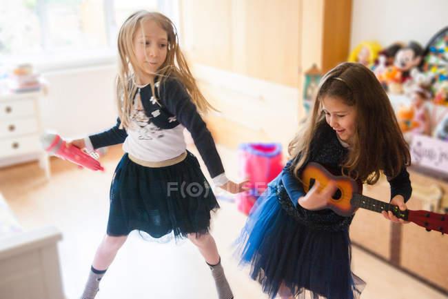 Girls singing, dancing — Stock Photo