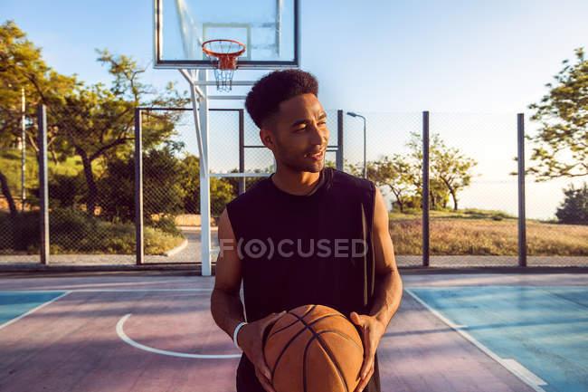 Молодой человек на баскетбольной площадке — стоковое фото