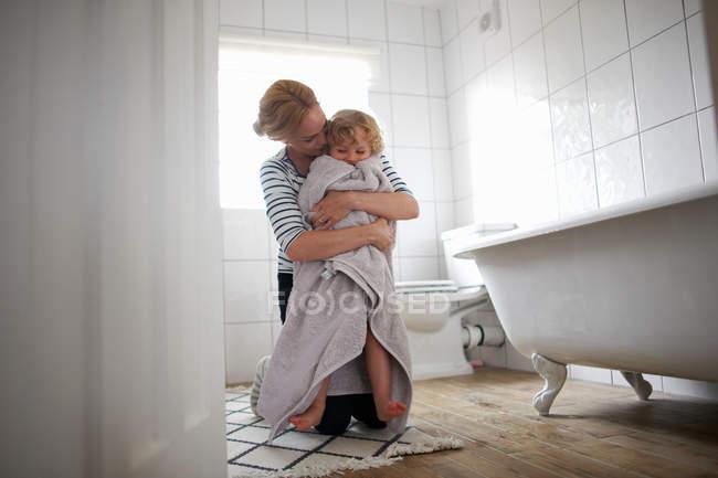 Madre e hija en el baño - foto de stock