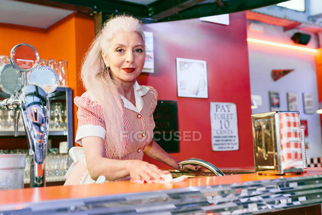 Femme mûre serveuse — Photo de stock