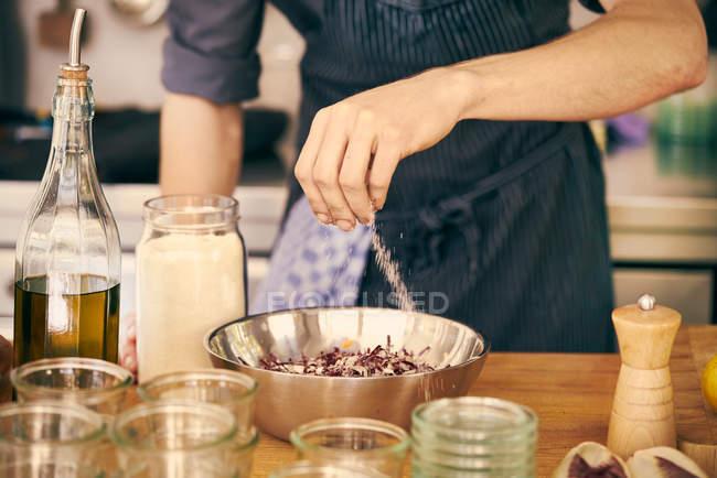 Koch würzen Schüssel mit Essen — Stockfoto