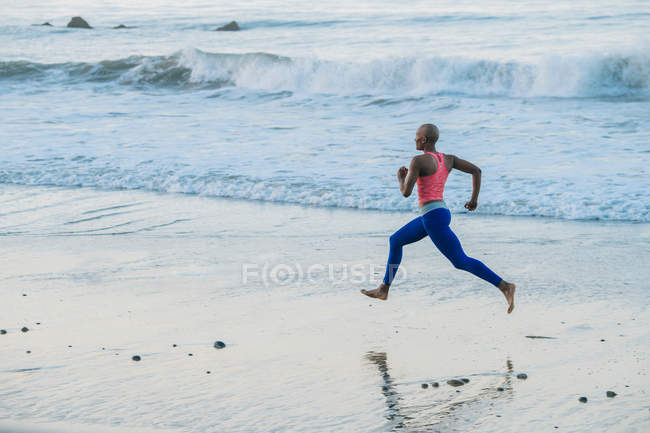 Giovane donna che esercita — Foto stock