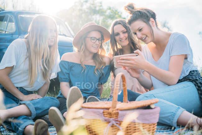Freunde beim Picknick — Stockfoto