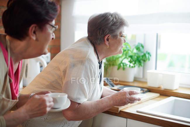 Donne, bere il caffè — Foto stock