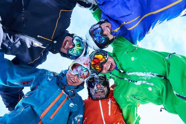 Skieurs en casque et lunettes — Photo de stock