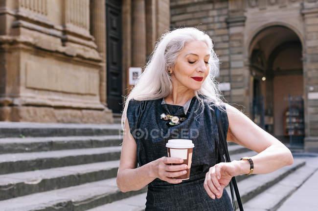 Літня жінка з довгими сивим волоссям — стокове фото