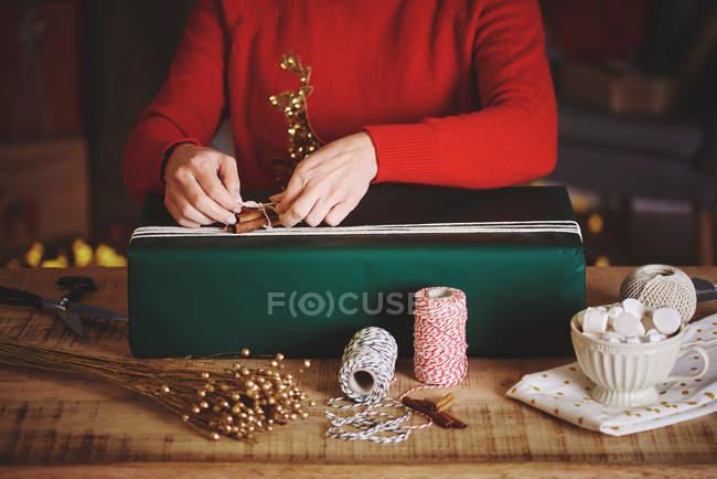 Mulher embrulho de presente de Natal — Fotografia de Stock