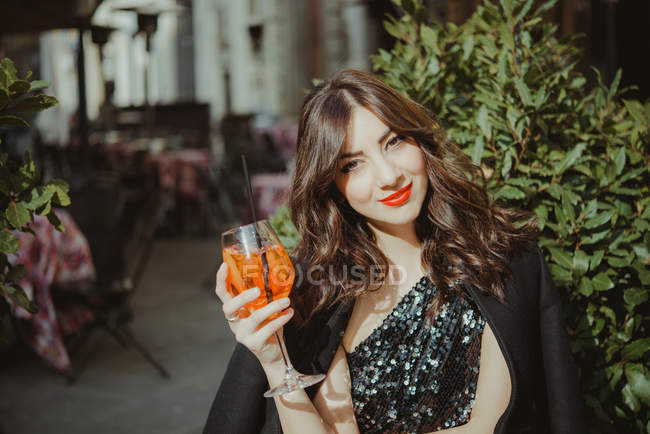 Молода жінка, на відкритому повітрі — стокове фото