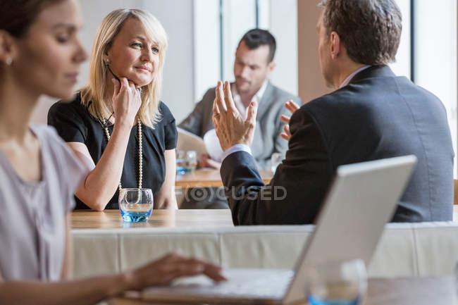 Empresários e empresárias trabalhando — Fotografia de Stock