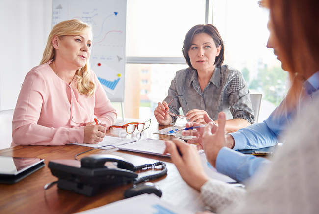 Colleagues having discussion — Stock Photo