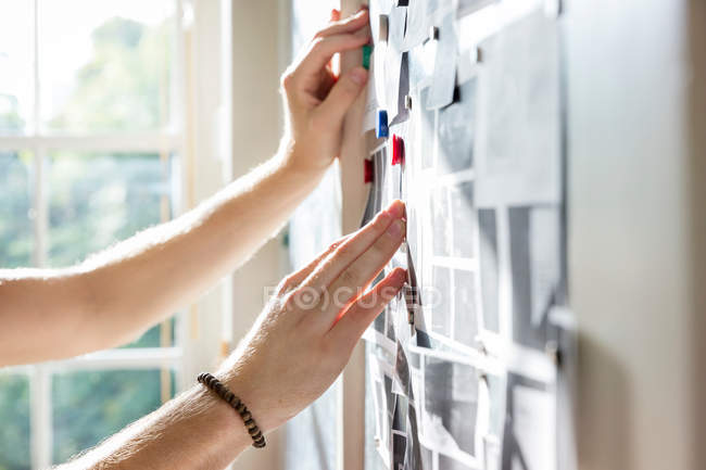 Mâle concepteur épinglage mood-board — Photo de stock
