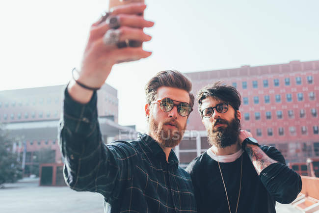 Мужчин брюки в обтяжку принимая смартфон selfie — стоковое фото