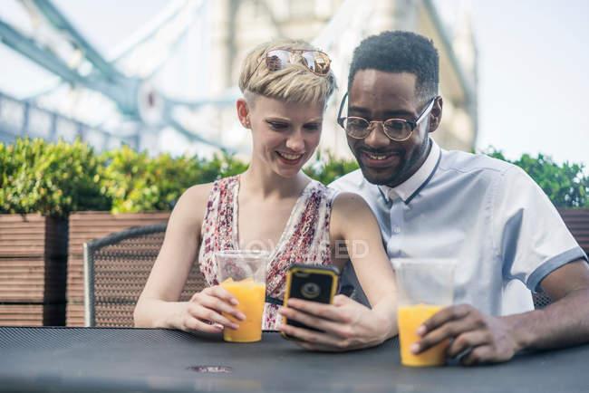 Молода пара на вулиці. — стокове фото