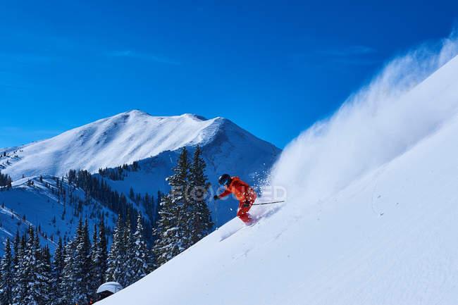 Ski à infuser l'homme — Photo de stock