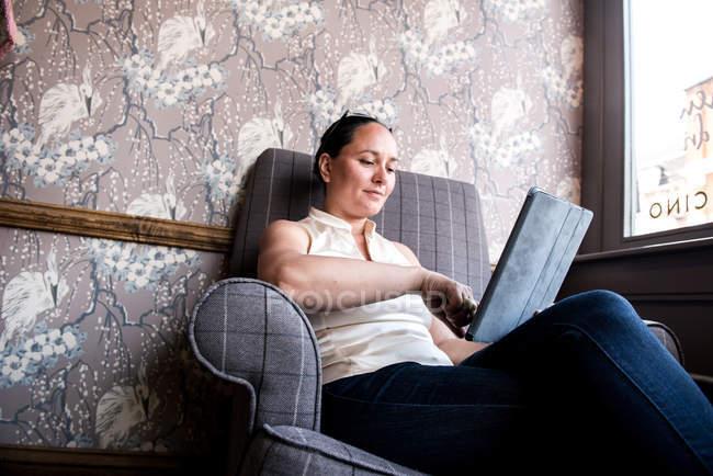 Imprenditrice che lavora su laptop — Foto stock