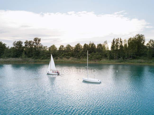 Gruppo di persone in barca a vela — Foto stock