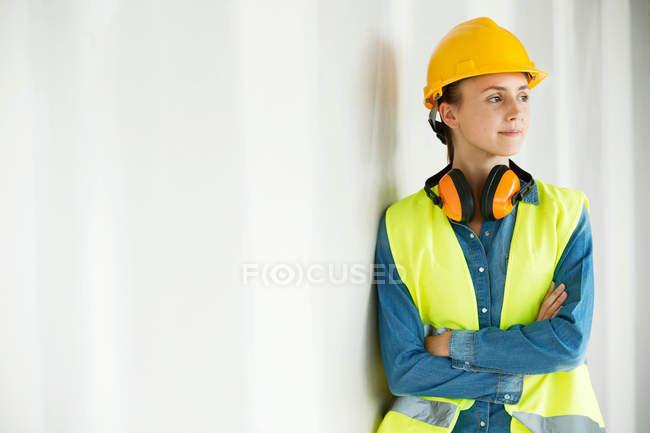 Mujer joven, vistiendo chaleco de alta visión - foto de stock