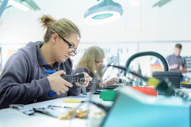 Ingénieurs dans l'usine de finition de câbles — Photo de stock
