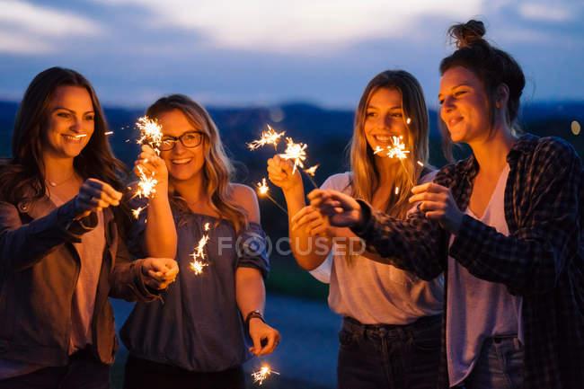 Freunde spielen mit Wunderkerzen — Stockfoto