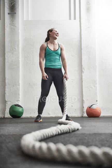 Woman holding battle rope — Stock Photo