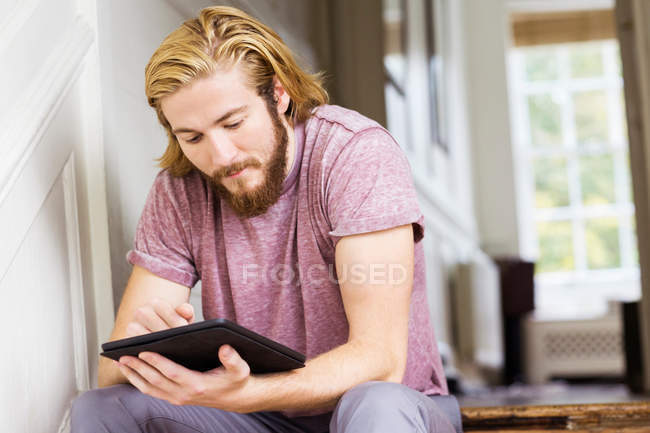 Designer utilizzando tablet digitale — Foto stock