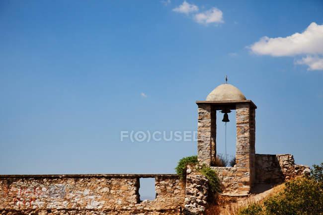 Зеленому Fortress дзвоник краю карнизу — стокове фото