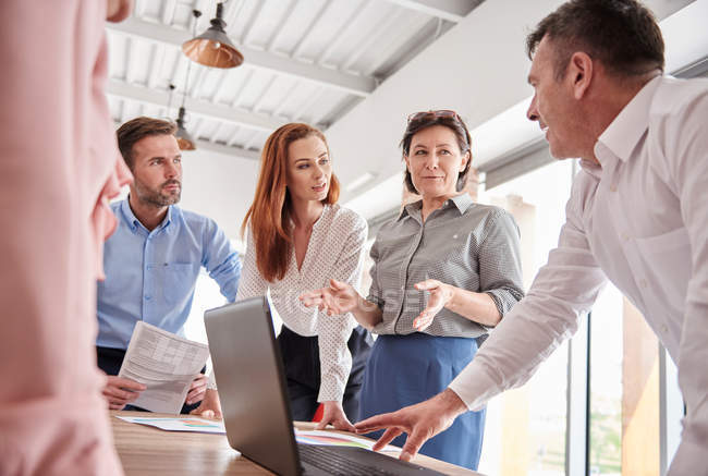 Kollegen im Büro mit Laptop — Stockfoto