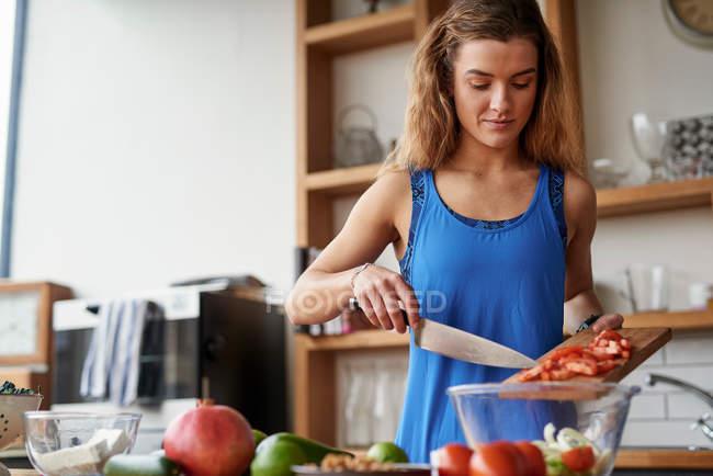 Mujer joven en la mesa de la cocina - foto de stock