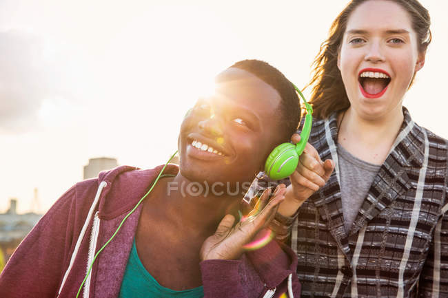 Mann und Frau Kopfhörer Musik hören — Stockfoto