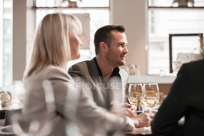Businessmen and businesswomen at lunch in restaurant — Stock Photo