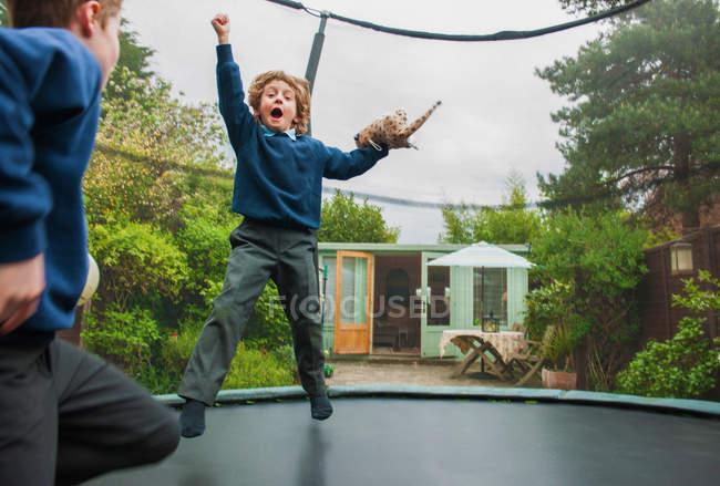 Jungs spielen auf Trampolin — Stockfoto